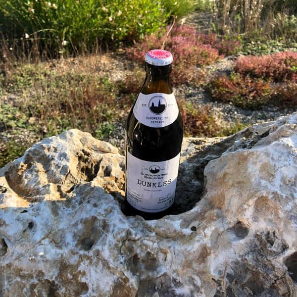 Donauwörther Brauhaus - Dunkles Bier auf Felsen