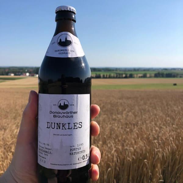 Donauwörther Brauhaus - Dunkles Bier in Hand