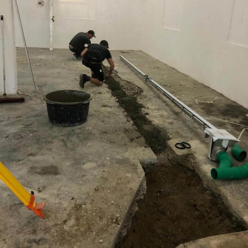 Setzen der Rinnen und Verlegen der Entwässerungsrohre